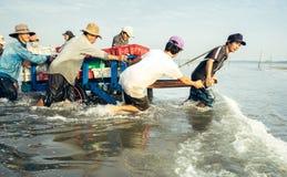 愉快的微笑在工作,长的海氏海滩,越南 免版税库存图片