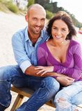 愉快的微笑的中年夫妇 免版税图库摄影