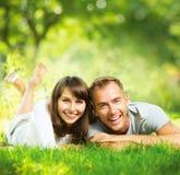 愉快的微笑的夫妇一起 库存图片