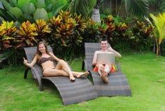 愉快的微笑的夫妇冲浪的互联网 免版税库存图片