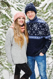 愉快的微笑的夫妇在冬天森林里 免版税库存图片