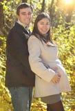 愉快的微笑的夫妇在秋天森林里 库存图片