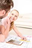 愉快的微笑的夫妇在他们新的家 免版税库存图片