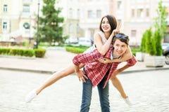 愉快的微笑的夫妇获得乐趣在夏令时的街道 库存照片