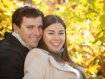 愉快的微笑的夫妇 免版税库存图片