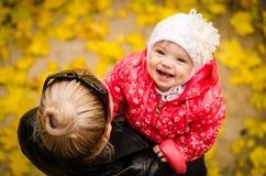 愉快的微笑的女儿 免版税库存照片