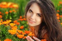 愉快的微笑的女孩。户外美丽的浪漫深色的女性 免版税库存图片