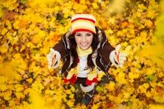 愉快的微笑的女孩在秋天公园 库存图片
