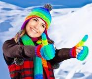 愉快的微笑的女孩纵向,室外冬天的乐趣 免版税库存图片