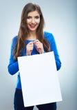 愉快的微笑的妇女举行购物袋画象。女性方式 库存照片