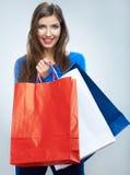 愉快的微笑的妇女举行购物袋画象 女性方式 免版税库存照片