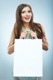 愉快的微笑的妇女举行购物袋画象 女性方式 免版税图库摄影