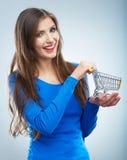 愉快的微笑的妇女举行购物车画象  女性mod 免版税图库摄影
