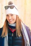 愉快的微笑的妇女冬天衣物,山假期 免版税库存图片