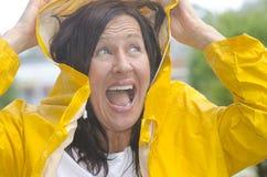 愉快的微笑的妇女在雨中 免版税图库摄影