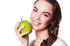 愉快的微笑的妇女用苹果,隔绝在白色 免版税库存图片