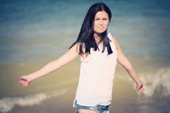 愉快的微笑的妇女 海滩其它 免版税库存图片