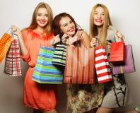 年轻愉快的微笑的妇女画象有购物袋的 库存图片