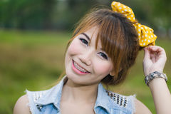 年轻愉快的微笑的妇女画象  免版税库存照片