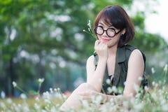 年轻愉快的微笑的妇女画象  免版税图库摄影