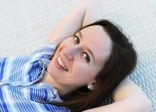 愉快的微笑的妇女 免版税库存照片