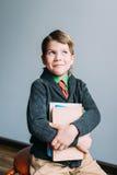 愉快的微笑的学生男孩 免版税库存图片