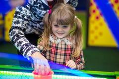 愉快的微笑的小女孩戏剧空气曲棍球 库存图片
