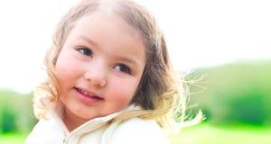 愉快的微笑的小女孩 免版税图库摄影