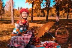 愉快的微笑的少年 美丽的少女秋天画象红色帽子的 库存照片