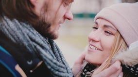 愉快的微笑的年轻欧洲浪漫夫妇特写镜头视图站立靠近和谈话外面在一冷的天 股票视频