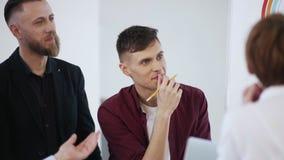 愉快的微笑的年轻白种人男性业务经理讲话在现代办公室会议期间 工作场所讨论 影视素材