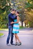 年轻愉快的微笑的快乐的有吸引力的夫妇画象  免版税库存图片
