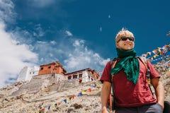 愉快的微笑的旅游人在深蓝色西藏天空下 图库摄影