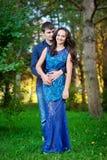 年轻愉快的微笑的有吸引力的夫妇一起户外 免版税库存照片