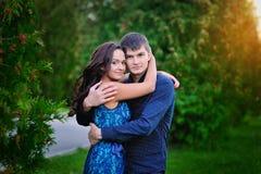 年轻愉快的微笑的有吸引力的夫妇一起户外 免版税库存图片