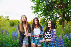 愉快的微笑的朋友画象室外的周末 获得三个美丽的年轻愉快的最好的朋友乐趣,微笑 库存照片