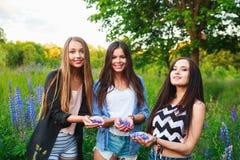 愉快的微笑的朋友画象室外的周末 获得三个美丽的年轻愉快的最好的朋友乐趣,微笑 免版税库存图片