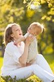 愉快的微笑的母亲和儿子 免版税库存图片