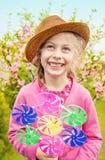 愉快的微笑的白种人白肤金发的儿童女孩在庭院里 免版税库存图片