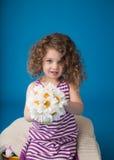 愉快的微笑的笑的孩子:有卷发的女孩 库存照片