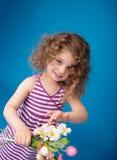 愉快的微笑的笑的孩子:有卷发的女孩 免版税图库摄影