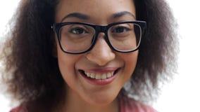 愉快的微笑的非裔美国人的少妇面孔 股票录像