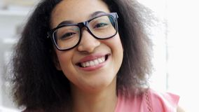 愉快的微笑的非裔美国人的少妇面孔 影视素材