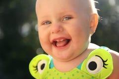 愉快的微笑的10个月大女婴 免版税库存图片