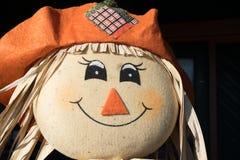 愉快的微笑的稻草人-秋天节日 库存照片