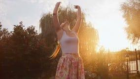 愉快的快乐的妇女跳舞慢动作英尺长度在夏天雨下的在日落 影视素材