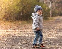 愉快的快乐的孩子画象森林背景照片的 库存图片