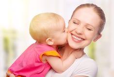 愉快的快乐的家庭。母亲和婴孩亲吻 库存照片