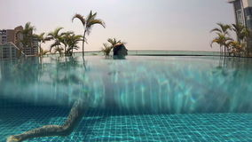 愉快的快乐的少妇在游泳池的,水下的看法红色游泳随员 行动照相机 股票录像
