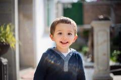 愉快的快乐的笑的美丽的小男孩画象  免版税库存照片